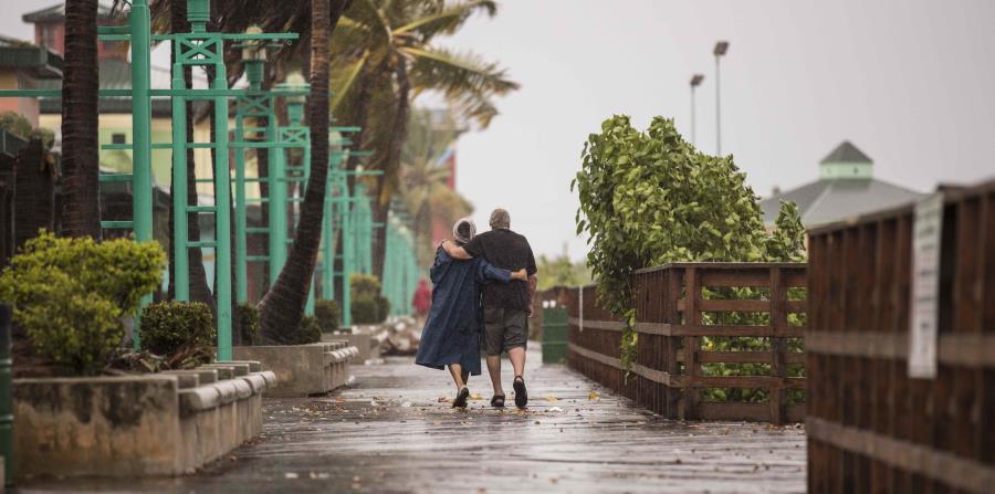 Algunas personas llegaron hasta la Guacha en Ponce para apreciar las inclemencias del tiempo durante el paso del huracán Irma por Puerto Rico. (horizontal-x3)