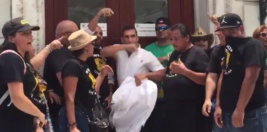 Esta mañana el representante novoprogresista José Luis Rivera Guerra y el líder sindical Julio Vargas se enfrascaron en una pelea a la entrada del anexo de la Cámara de Representantes. (horizontal-x3)