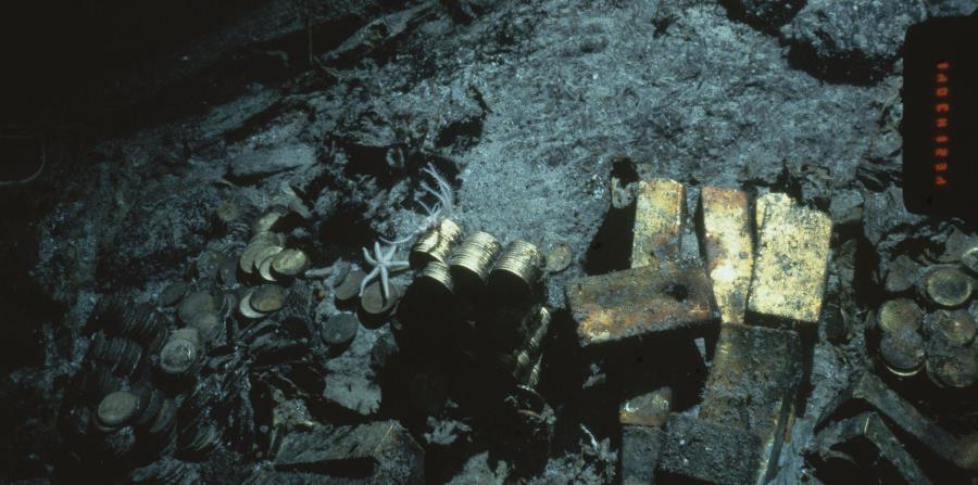 lingotes de hierro y monedas del S.S. Central America, un barco correo de vapor que se hundió por un huracán en 1857, a unas 160 millas de la costa de Carolina del Norte. (horizontal-x3)