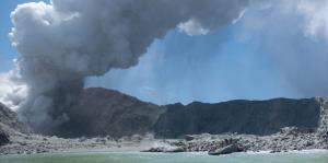 Actividad en el volcán Whakaati paraliza recuperación de cuerpos en Nueva Zelanda