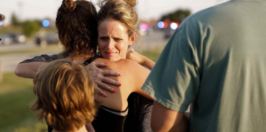 Jennifer Stong abraza a Tasha Hunt en el área donde ocurrió un tiroteo, en la zona oriental de Lake Hefner en Oklahoma City, el jueves 24 de mayo del 2018. (Bryan Terry/The Oklahoman via AP) (horizontal-x3)