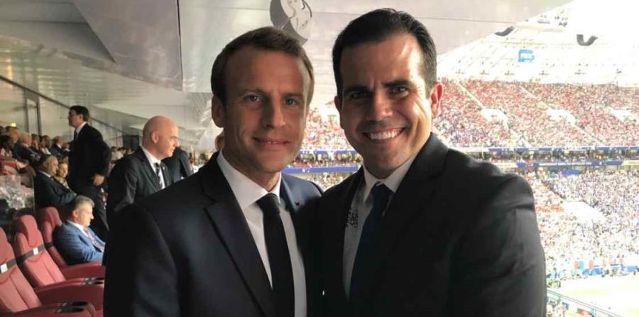 El gobernador Ricardo Rosselló (derecha) junto al presidente de Francia, Emmanuel Macron, previo al incio del juego final entre Francia y Croacia por la Copa Mundial, en Moscú, Rusia. (Twitter) (horizontal-x3)