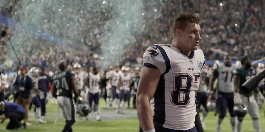 El jugador de los Patriots de Nueva Inglaterra Rob Gronkowski sale del terreno tras el Super Bowl 52 de la NFKL contra los Eagles de Filadelfia. (AP) (horizontal-x3)