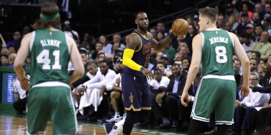 LeBron James, alero de los Cavaliers de Cleveland, conduce el balón durante un encuentro ante los Celtics de Boston. (horizontal-x3)