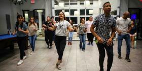 Una pareja boricua enseña a bailar salsa a una comunidad de Clermont