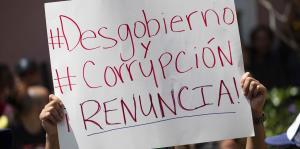 Las pancartas durante la manifestación frente a La Fortaleza