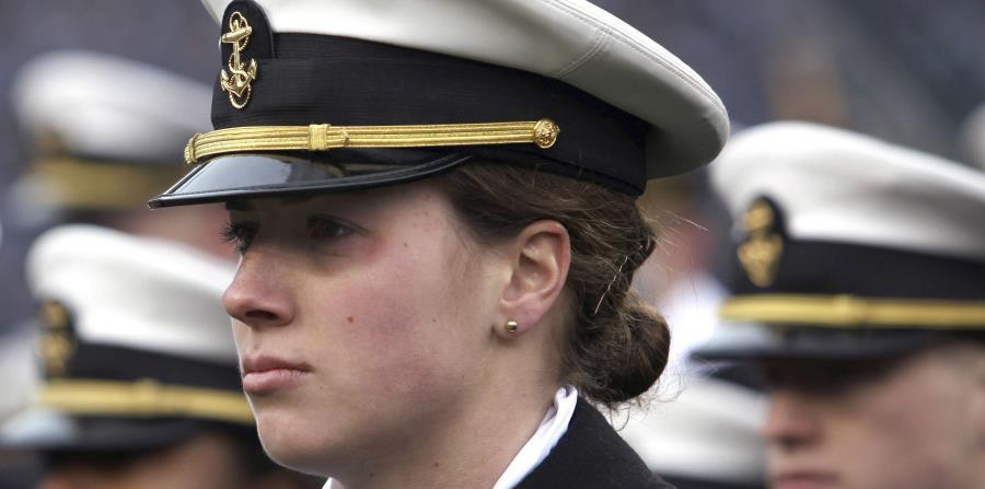 La portera del equipo femenil de la Marina de Guerra de EE.UU., Elizabeth Hoerner, permanece en formación. (horizontal-x3)