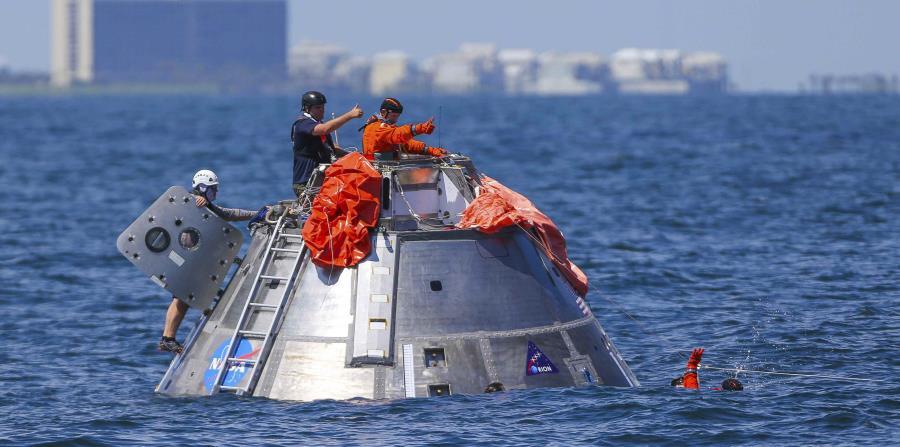 Los astronautas se lanzaron al agua con artefactos de flotación y un bote salvavidas de caucho. (horizontal-x3)