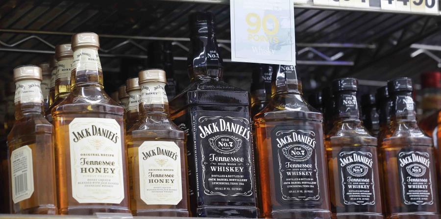 Botellas de licor y whiskey Jack Daniel's en exhibición en el Rossi's Deli en San Francisco. (horizontal-x3)
