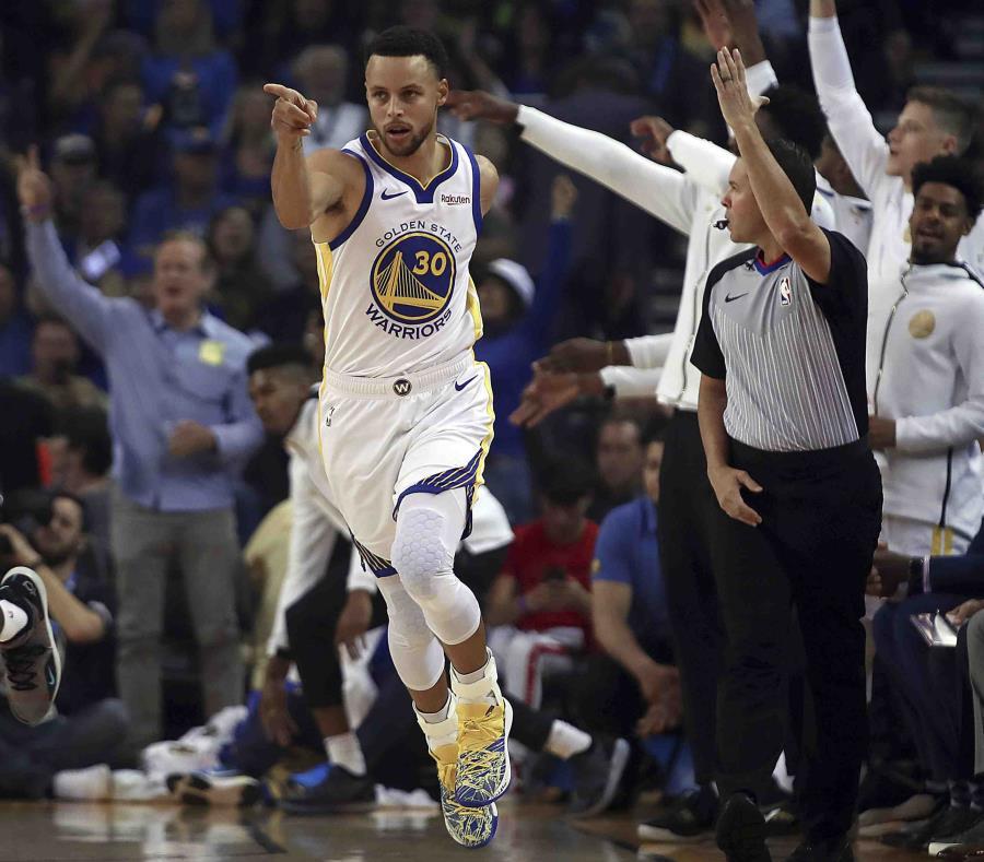 El jugador de los Warriors de Golden, State Stephen Curry, celebra una canasta en la primera mitad del juego de la NBA que enfrentó a su equipo con el Thunder de Oklahoma City. (AP) (semisquare-x3)