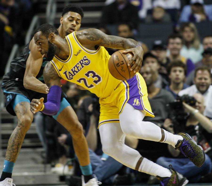 Los Lakers apalean a los Hornets