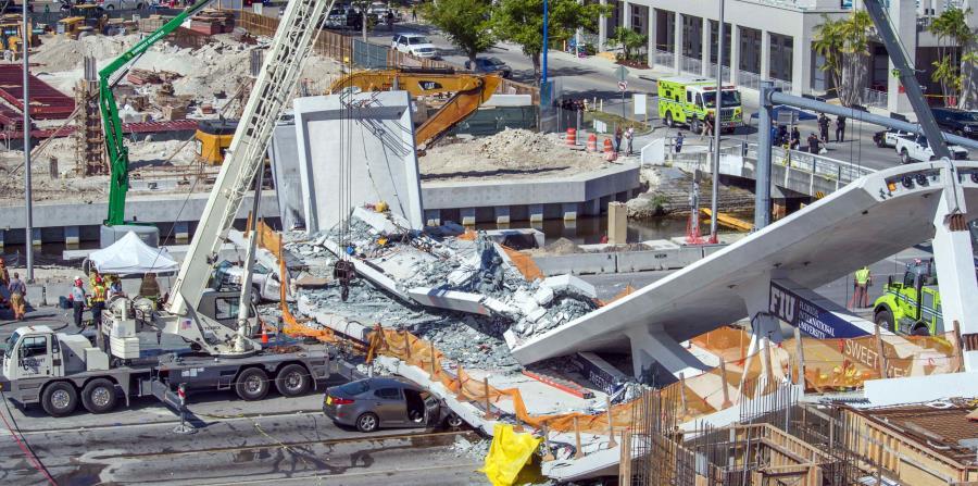El derrumbe del puente afectó a ocho vehículos y dejó seis muertos y ocho heridos. (EFE) (horizontal-x3)