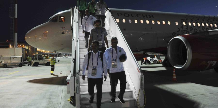Los integrantes de la selección de Arabia Saudí descienden de su avión tras llevar al aeropuerto de Rostov del Don Rusia. (horizontal-x3)