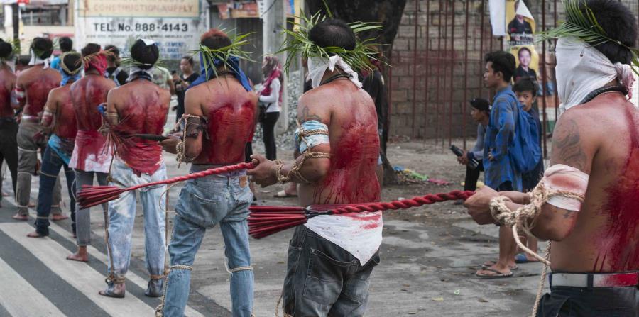 La Semana Santa en Filipinas se celebra con procesiones en las calles en las que algunos devotos se flagelan hasta verter la sangre en sus espaldas y otros son crucificados, con el objetivo de vivir los mismos dolores de Cristo. (EFE)