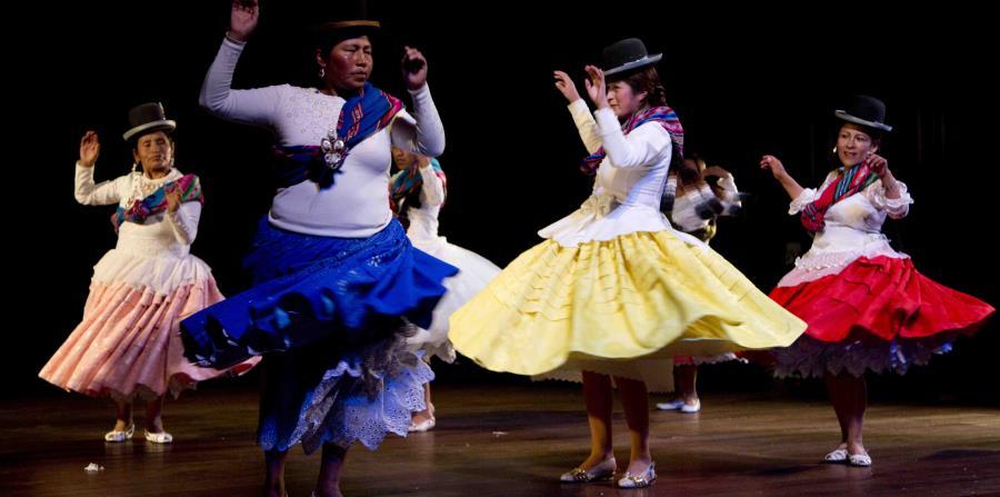 """Miembros de la compañía de teatro """"Kory Warmis"""" o Mujeres de oro actúan en el Teatro Municipal, en La Paz, Bolivia. (AP/Juan Karita)"""