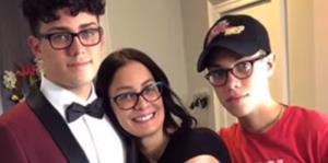 Dayanara Torres ayuda a vestir a su hijo Cristian para el prom