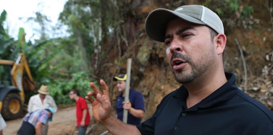 Ernesto Irizarry, alcalde de Utuado, realiza trabajos de limpieza en el barrio Tetuán tras los estragos del huracán María. (horizontal-x3)