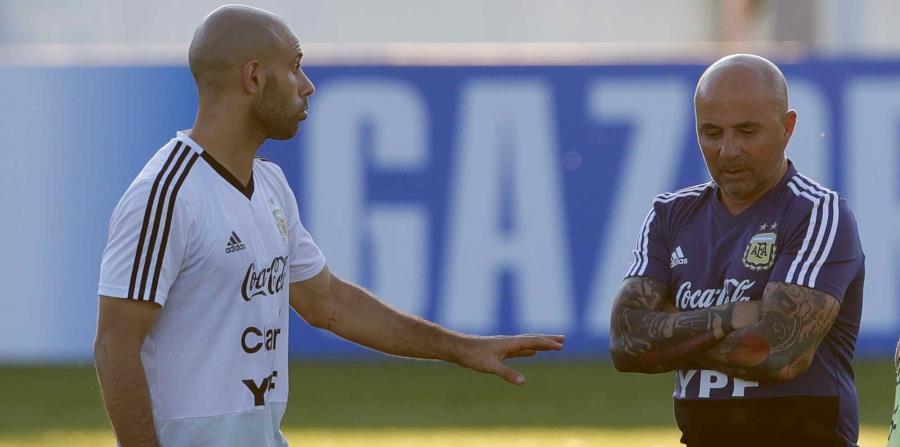 El jugador Javier Mascherano habla con el técnico Jorge Sampaoli durante un entrenamiento de Argentina. (AP) (horizontal-x3)