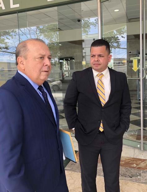 El exsubadministrador de la Autoridad de Acueductos y Alcantarillados (AAA), Yoniel Arroyo Muñiz, junto al abogado Antonio Sagardía. (vertical-x1)