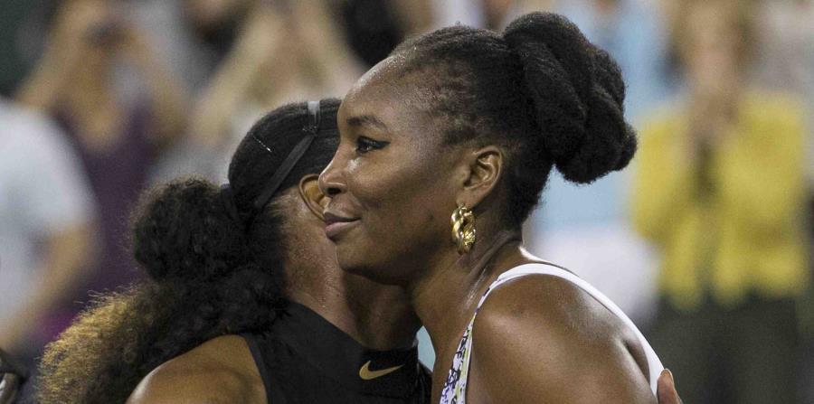 Venus Williams, derecha, abraza a su hermana Serena tras derrotarla en el Masters de Indian Wells en esta ciudad de California (horizontal-x3)