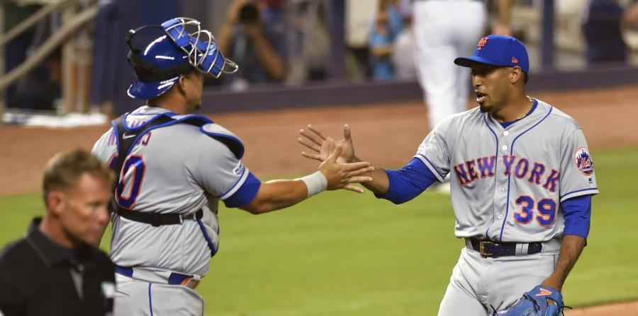 El boricua Edwin Díaz saluda al receptor Wilson Ramos, tras la victoria de los Mets ante Miami. (AP) (horizontal-x3)