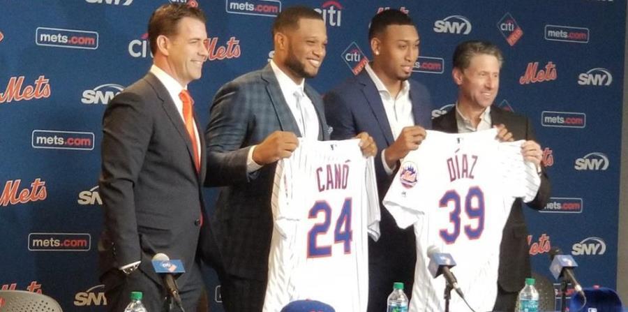 Edwin Díaz y Robinson Canó posan con sus nuevos uniformes . (Foto / MLB) (horizontal-x3)
