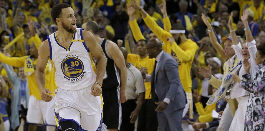 El base de los Warriors de Golden State, Stephen Curry, celebra una anotación ante los Spurs de San Antonio. (horizontal-x3)