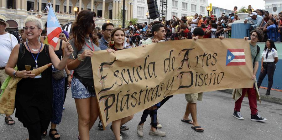 Ada Rosa Rivera profesora junto a los estudiante de la Escuela de Artes Plásticas y Diseño de Puerto Rico. (horizontal-x3)