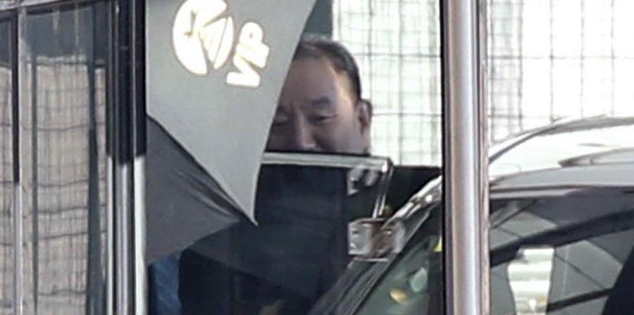 Kim Yong Chol, alto cargo del partido gobernante de Corea del Norte, entra en un auto. (horizontal-x3)