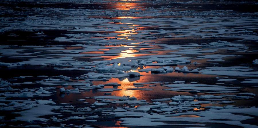 El sol de medianoche brilla a través del hielo marino en el Pasaje Noroccidental en el Archipiélago Ártico Canadiense. (AP / David Goldman) (horizontal-x3)