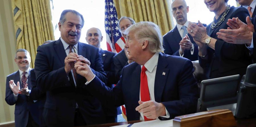 Trump junto al presidente de la empresa Dow Chemical, Andrew Liveris. (horizontal-x3)