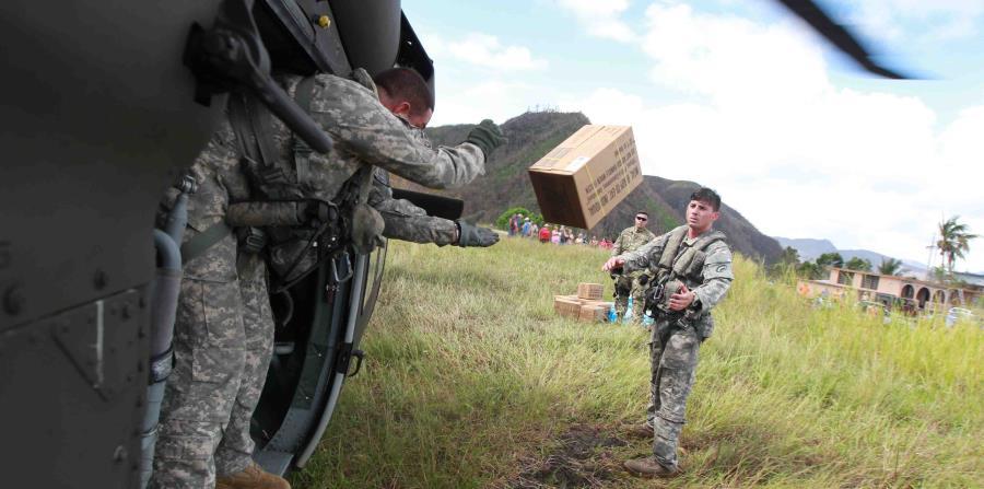 Los efectivos de la Guardia Nacional estuvieron a cargo de la distribución de agua y comida tras el huracán (horizontal-x3)