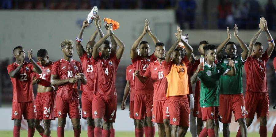 Los jugadores de la selección de Panamá saludan al público tras un reciente partido amistoso. Los canaleros jugarán su primera Copa Mundial. (horizontal-x3)