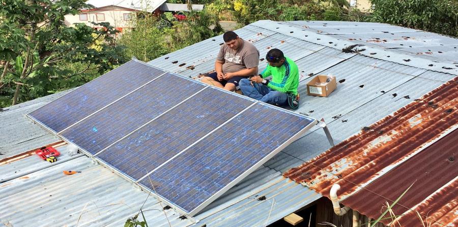 Diez familias se beneficiaron de los sistemas fotovoltaicos que instaló Casa Pueblo en los techos de sus viviendas con la ayuda de varias fundaciones. (Suministrada) (horizontal-x3)