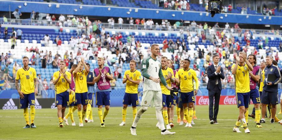 Los jugadores de la selección de Suecia se despiden del público tras ser eliminados por Inglaterra en los cuartos de final de la Copa del Mundo. (AP) (horizontal-x3)
