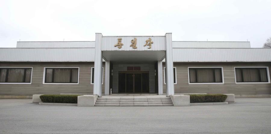 El edificio Tongilgak de Corea del Norte, el lugar en donde se realizarán las negociaciones de alto nivel entre las dos Coreas, se observa desde el lado norte en Panmunjom, Corea del Norte, (horizontal-x3)