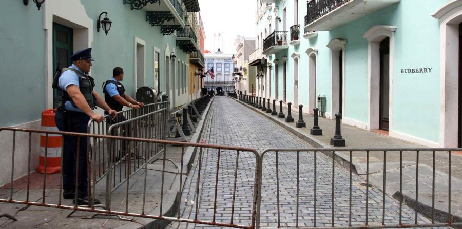 Dos agentes de la Policía vigilan la entrada a La Fortaleza. (GFR Media) (horizontal-x3)