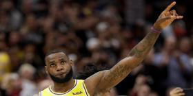 LeBron James: ausente de los playoffs pero no deja de levantar pasiones