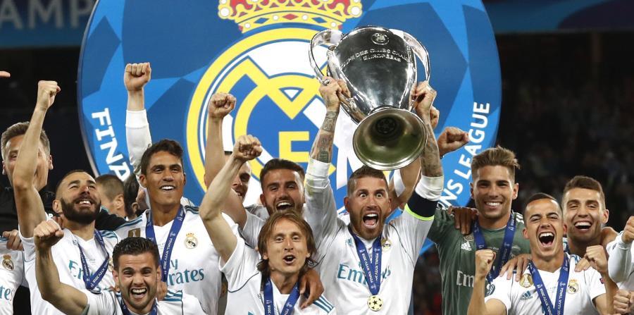 Sergio Ramos levanta la copa de la Liga de Campeones junto a su compañeros del Real Madrid. (AP) (horizontal-x3)
