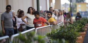 Ciudadanos madrugan para aprovechar los descuentos del Black Friday