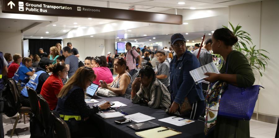 El gobierno de Orlando, Florida, estableció un centro de asistencia en el aeropuerto de la ciudad para orientar a los puertorriqueños que se mudaron desde la isla tras María. (horizontal-x3)