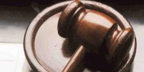 Juez falla en contra de profesor en un caso de alumna trans
