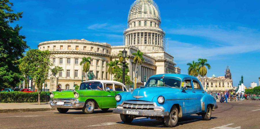 Autos antiguos frente al Capitolio en La Habana, Cuba. (horizontal-x3)