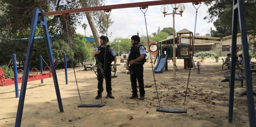 Agentes de la policía israelí custodian un parque infantil próximo a la frontera entre Israel y la Franja de Gaza. (horizontal-x3)