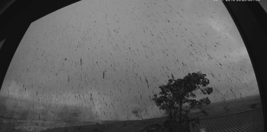 Foto del Servicio Geológico de Estados Unidos que muestra la columna de cenizas lanzada por la erupción de la cima del monte en Hawái. (AP) (horizontal-x3)