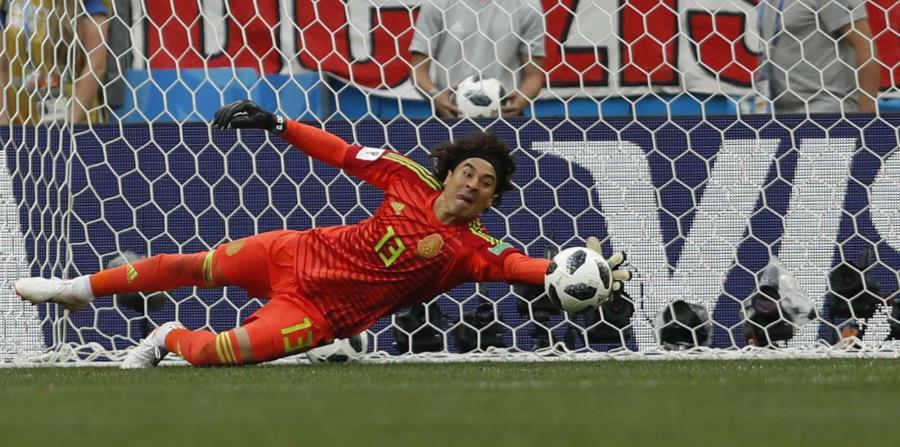 El arquero de México, Guillermo Ochoa, ataja un disparo durante un partido del Mundial ante Alemania, el domingo 17 de junio de 2018, en Moscú. (AP) (horizontal-x3)