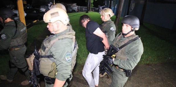 La Policía realiza arrestos y ocupa droga en el residencial Jardines de Sellés en Río Piedras