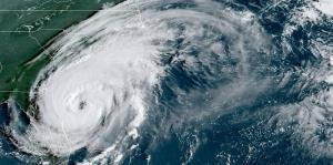 El huracán Dorian se mantiene cerca de la costa este de Florida