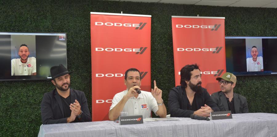 Ricardo García, de FCA (de camisa blanca), junto a los integrantes de la banda de rock en español Black Guayaba. En los monitores aparece el pelotero Carlos Correa.