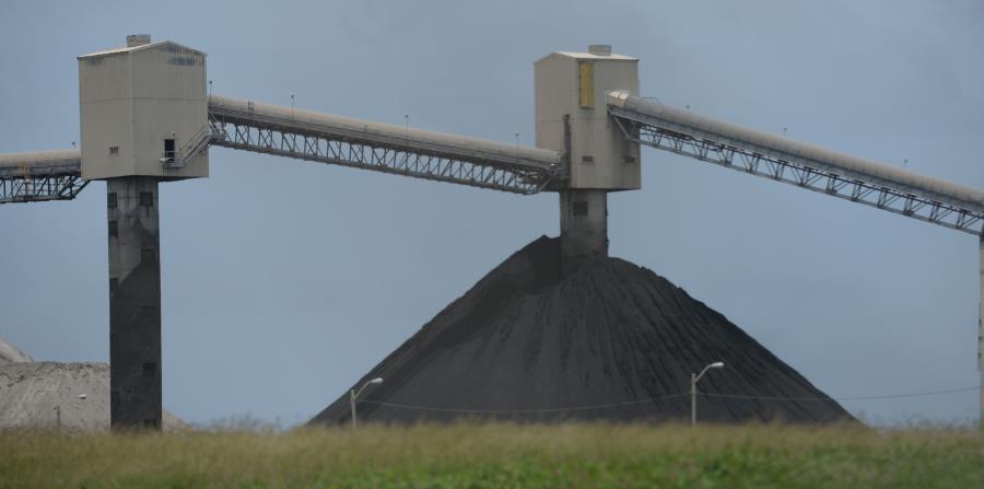 Imagen de archivo de una montaña de carbón para ser procesado en el vertedero de Peñuelas. (GFR Media) (horizontal-x3)